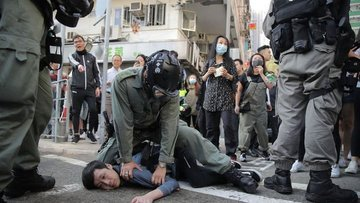 Hong Kong'da polis ve göstericiler arasındaki çatışma yoğ...