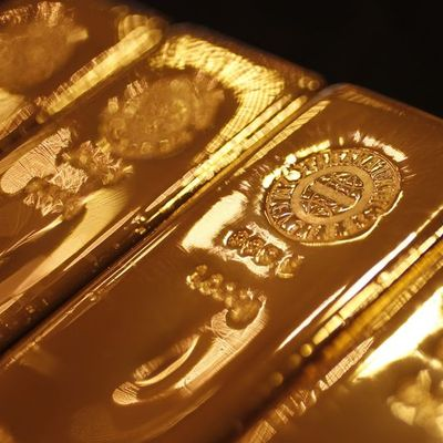 """Altın Fed tutanakları öncesi """"ticaret"""" endişeleri ile yükseldi"""