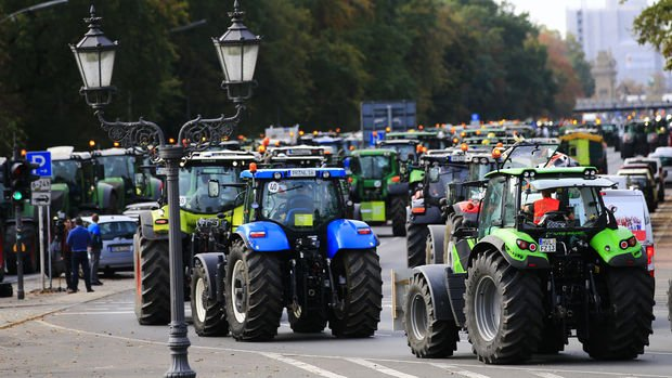 Alman çiftçilerden Meclis önünde traktörlü protesto