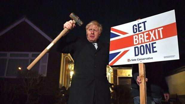 İngiltere'de Muhafazakar Parti açık farkla önde, Corbyn görevi bırakıyor