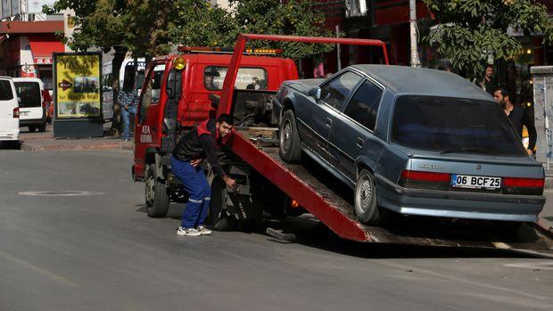 Araçlar trafik düzenini etkilemedikçe parka çekilmeyecek, para cezası yazılacak