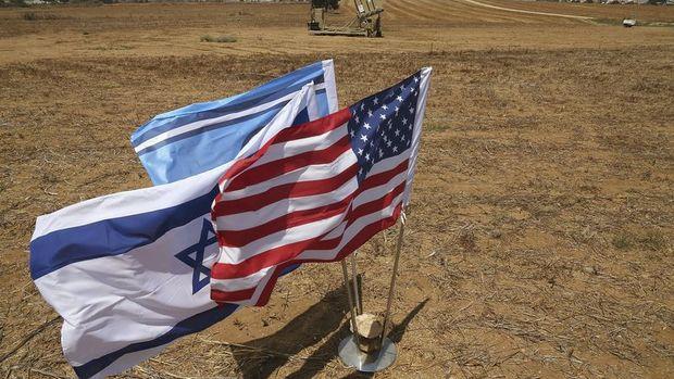 İran'da bir fabrika yakılması için ABD ve İsrail bayrakları üretiyor