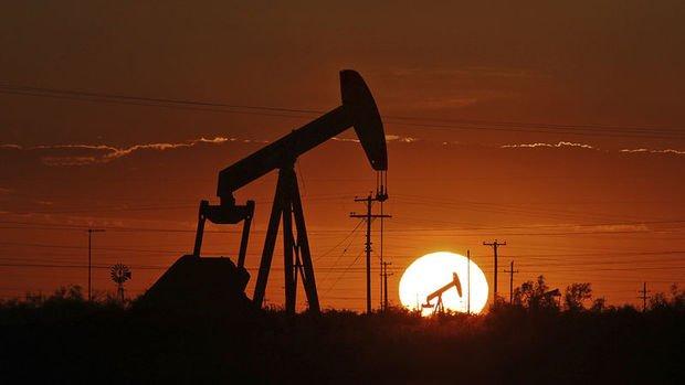 Petrol arz bolluğunun talep iyimserliğine ağır basması ile düştü