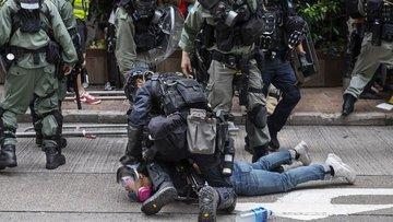 Hong Kong'da Çin'i protesto eden göstericiler ile polis a...