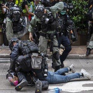 HONG KONG'DA ÇİN'İ PROTESTO EDEN GÖSTERİCİLER İLE POLİS ARASINDA ÇATIŞMA ÇIKTI