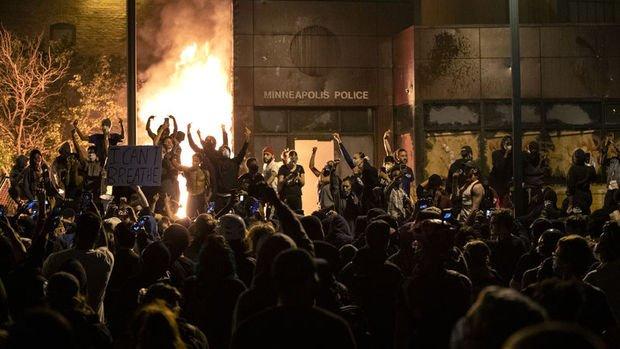 ABD'de göstericiler polis merkezini ateşe verdi