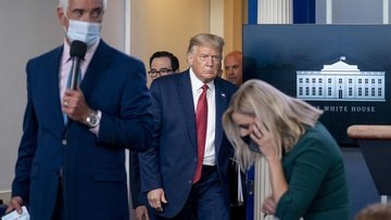 ABD Başkanı Trump basın toplantısı düzenlediği salondan ç...
