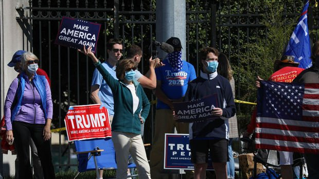 Trump hastane önünde kendisini destekleyenleri selamladı