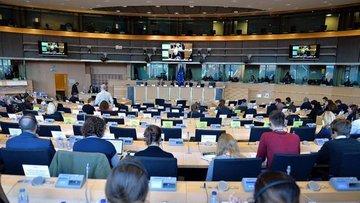 """Avrupa Parlamentosu, ABD ile """"sınırlı"""" gümrük vergisi ind..."""