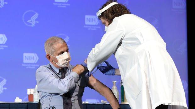 ABD Sağlık Bakanı ve Dr. Fauci canlı yayında Moderna'nın Kovid-19 aşısını yaptırdı