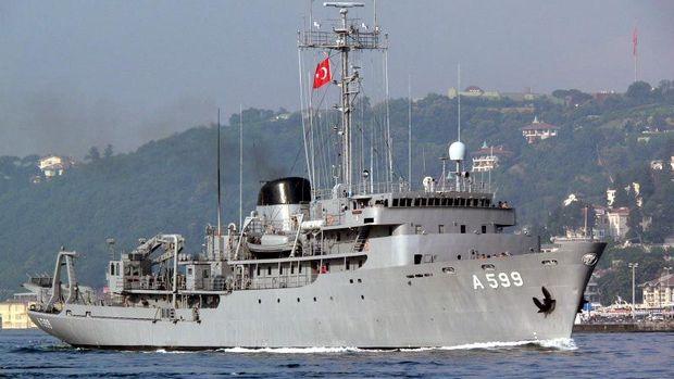 Yunan uçaklarından Türk gemisine taciz