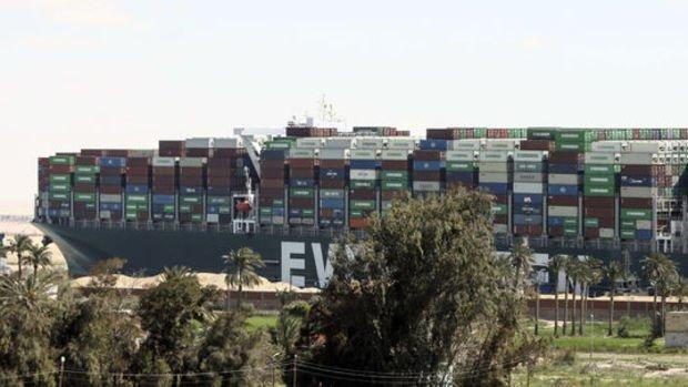 Süveyş Kanalı'nda sıkışan dev gemi kıyıdan kurtarıldı