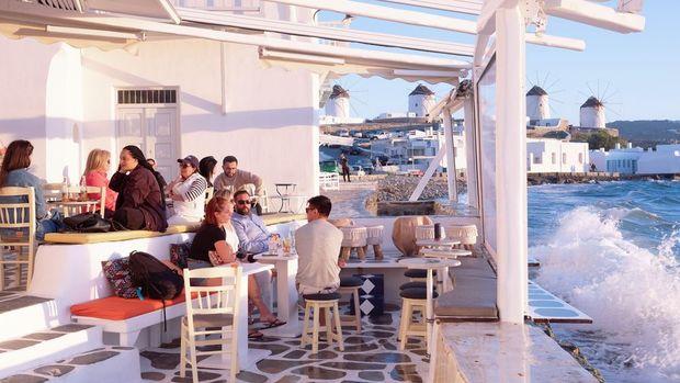 Yunanistan turistlere kapılarını açıyor