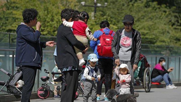 Çin, ailelerin üç çocuk sahibi olmasına izin veriyor
