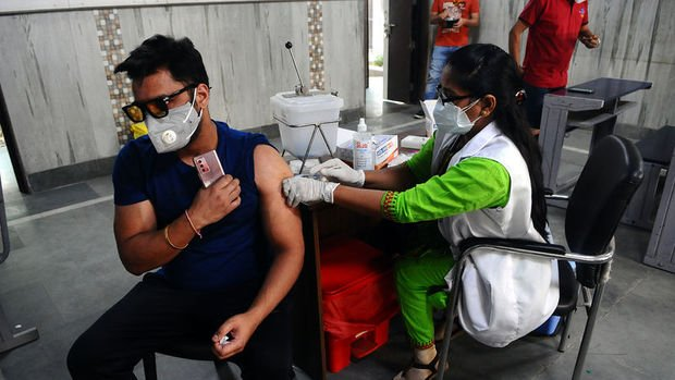 Hindistan'da 18 yaş üzerindeki herkes ücretsiz aşı olacak