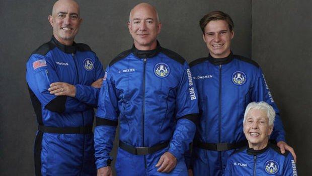 Milyarder işadamı Jeff Bezos uzaya gitti