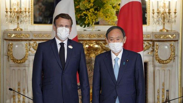 Suga ve Macron'dan