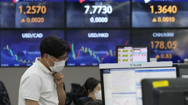 Asya borsaları haftaya artan koronavirüs vakaları gölgesinde çoğunlukla düşerek başladı