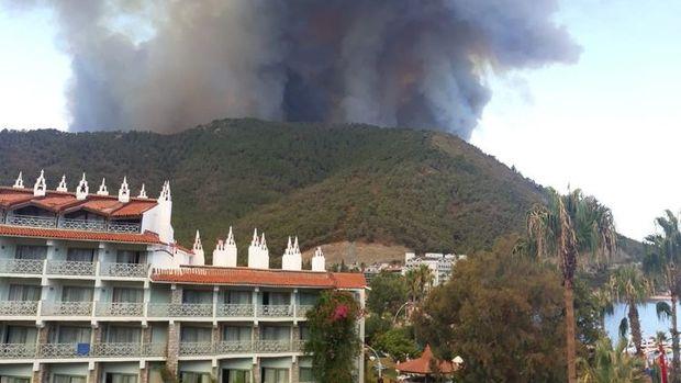 Marmaris'te çıkan orman yangını kontrol altına alınmaya çalışılıyor