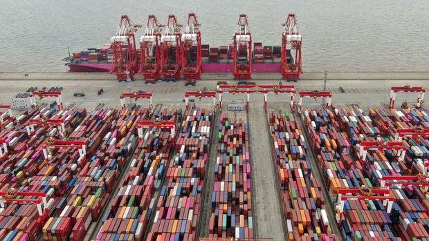 Çin'deki tayfun liman trafiğini aksatıyor