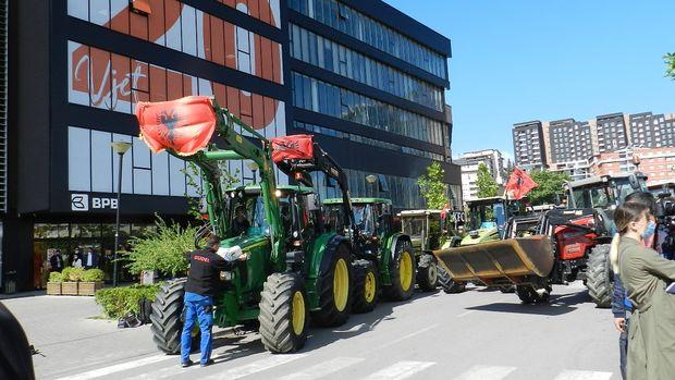 Kosovalı çiftçilerden traktörlü protesto